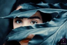 Lifestyle Teen Portrait Photography in Rio de Janeiro Brazil | Image contains: senior, girl, blue leaves, close-up, portrait