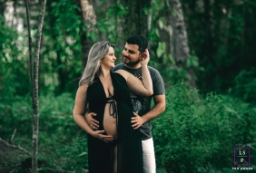 Maternity Photographer in Minas Gerais Brazil | Lifestyle Image contains: couple, pregnancy, bump, outdoor, trees, greenery