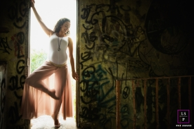 Maternity Photographer in Sao Paulo Brazil | Lifestyle Image contains: pregnancy, woman, pose, lyrical, graffiti, doorway