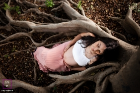 Maternity Photographer in Sao Paulo Brazil | Lifestyle Image contains: pregnancy, portrait, woman, tree, roots, outdoors