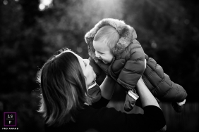 Brabant Wallon Mother / Son Lifestyle Portraits Wallonie | Photo contains:  mom, infant, cold, black and white, lift
