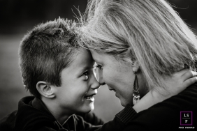 Lyon Mom / Son Lifestyle Portraits - Photo contains: Auvergne-Rhone-Alpes, mum, boy, black, white, hands, close-up, pose