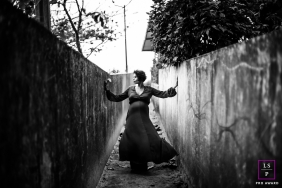 Curitiba Lifestyle Maternity Photography | Image contains: tunnel, black, white, outdoors, bush, pregnancy