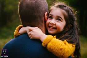 Doubs family portriat photographer | Bourgogne-Franche-Comte photograph showing a girl in love with dad