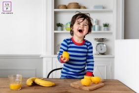 Children Portraits in Bouches-du-Rhone | Lifestyle Photography Session:  Lemons make me happy too!