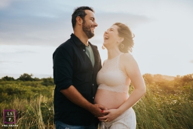 Maternity Photos in Florianopolis | Lifestyle Image contains: husband, wife, smile, field, belly, pregnant