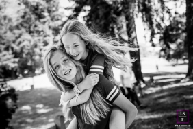 San Francisco Lifestyle Photographer | Black and white image of sisters at a park