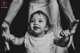 Family portrait of a Little girl leaning on her grandparents hands | Campo Grande Lifestyle Photography