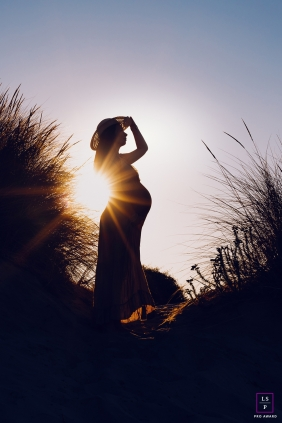 A sunrise photography of a pregnant woman during a maternity photoshoot in Occitanie