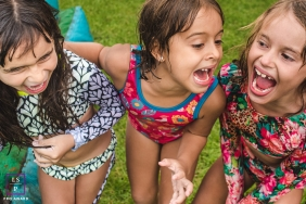 Girlfriends lifestyle kids photography in Mato Grosso do Sul with a girl and her friends at the pool party