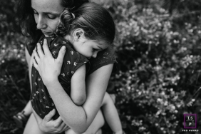 Doubs lifestyle parent photography session in Burgundy-Franche-Comte showing a hug with mom