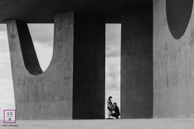 Brasilia lifestyle maternity portraits in Federal District with the black and white Symmetry of a sweet wait