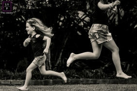 Minas Gerais siblings run opposite of each other for this lifestyle family portrait