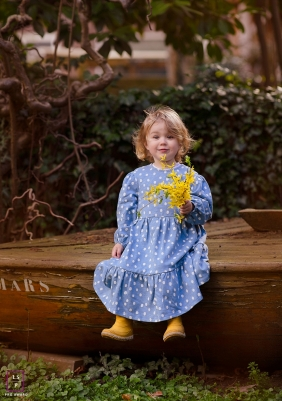 Overijssel young girl poses for a Lifestyle Portrait Session with a bouquet of yellow flowers