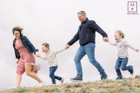 Pays de la Loire Lifestyle family session on the dunes while running and holding hands
