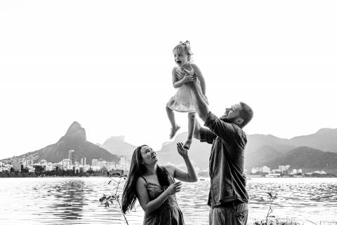 A Brazil lifestyle family photography shoot in Rio de Janeiro with a family playing in the park