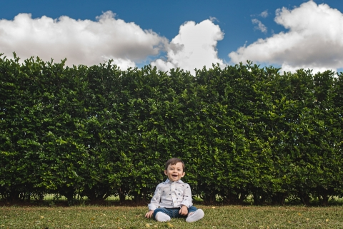 Campo Grande Lifestyle Photographer created this artistic portrait showing the joy of the little boy