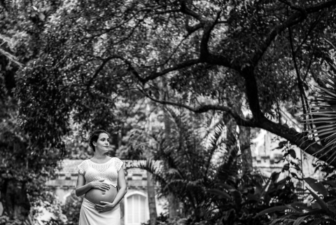 RJ Lifestyle Photographer created this artistic Photo shoot of pregnant woman in a park