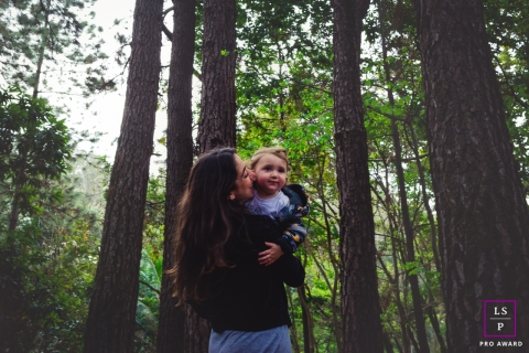 Jundiaí Sao Paulo Lifestyle Family and Toddler Portrait Photography | Image contains: kid, child, mom, holding, trees, forest, session, outdoors.