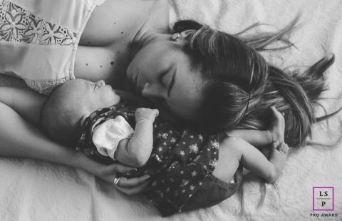 Lifestyle Family Portraits in Belo Horizonte Minas Gerais - Photo contains: mother, newborn, bed, close-up, black, white