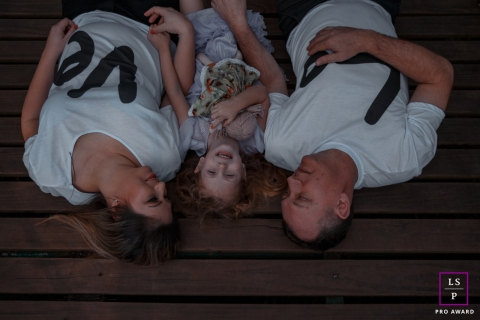 Sessão de retrato de família em estilo de vida Santa Catarina Brasil | A foto contém: mãe, pai, menina, boneca, de cabeça para baixo, deitada, AMOR, sorrindo