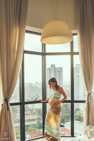 Maternity Portraits in Campinas Sao Paulo | Lifestyle Photography Session contains: pregnancy, home, windows, city, curtains