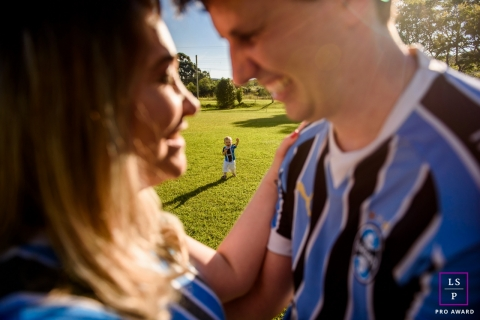 Rio Grande do Sul Family Lifestyle Photography Brazil | Image contains: mom, dad, child, field, sports, jersey