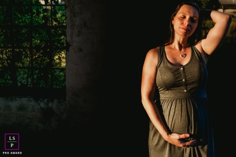 Rio Grande do Sul Maternity Lifestyle Portrait Photography Brazil | Image contains: woman, pregnancy, pose, greenery, wall, good light