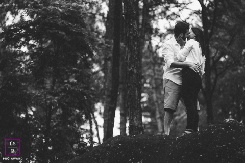 Rio de Janeiro Lifestyle Couple Photography | Image contains: couple, black, white, pre-wedding, trees, mountain, kiss