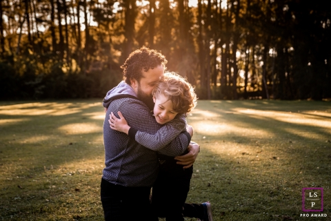 Family Portrait of Dad and Child in Curitiba | Parana Lifestyle Photography Session contains: park, trees, pictures, grass, sunlight, laugh, fun