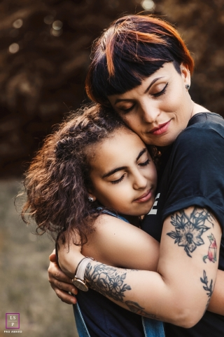 Ain lifestyle portraits - A hug for mom. | Auvergne-Rhone-Alpes photography for families.