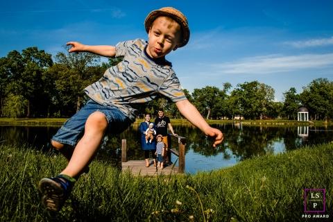 Fotografia de estilo de vida em Budapeste | Retratos de família da Hungria no parque perto do pequeno lago