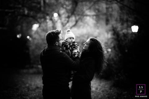 Fotografia de estilo de vida em Budapeste | Retrato de inverno da Hungria em preto e branco com um bebê