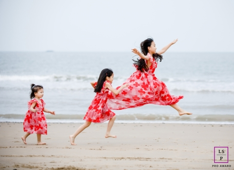 Hangzhou City lifestyle family portraits at the beach | Zhejiang running, jumping and dancing | Three sisters of joy