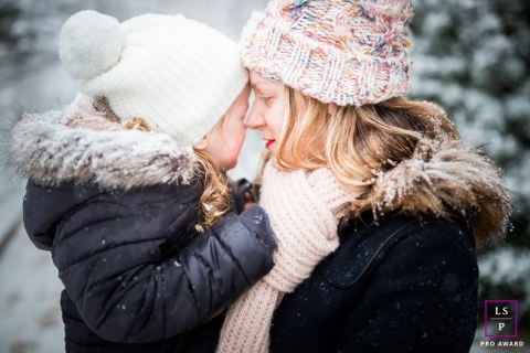 Paris Mother-daughter during winter during a lifestyle portrait session in the snow.