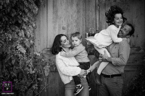 Lyon lifestyle portraits with mom, dad and the two kids | Auvergne-Rhone-Alpes Family Fun