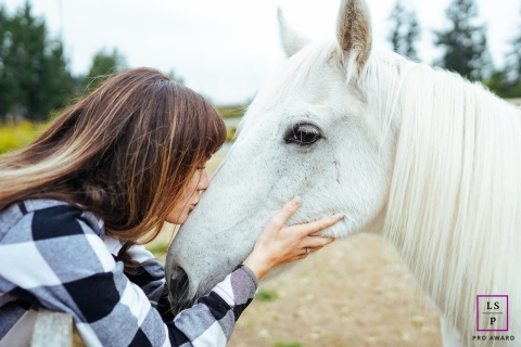 Washington lifestyle photo shoot of a woman kissing her horse.