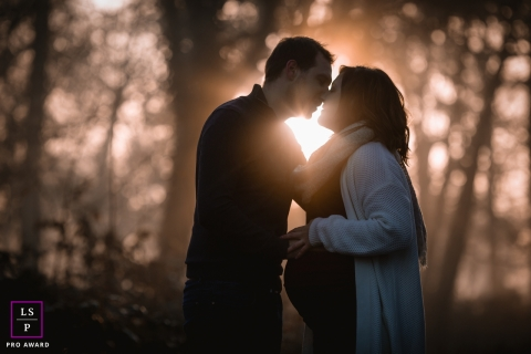Maine-et-Loire maternity photographer photographed a couple with bright afternoon light behind them