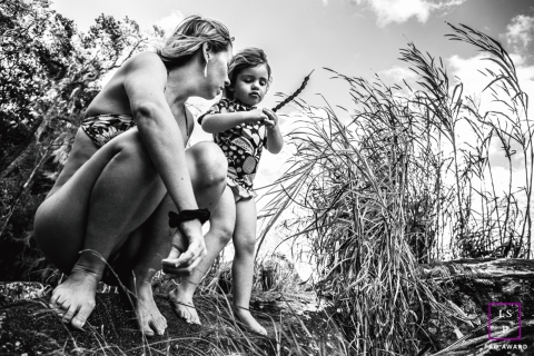 Mom and daughter in nature exploring | Brazil Lifestyle Photography