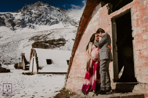 Winter lifestyle maternity portraits in the mountains