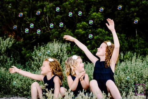 Montpellier family portrait of 3 sisters and bubbles during a Herault photo session