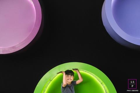Campo Grande Creative Lifestyle Retrato de uma criança brincando com círculos coloridos