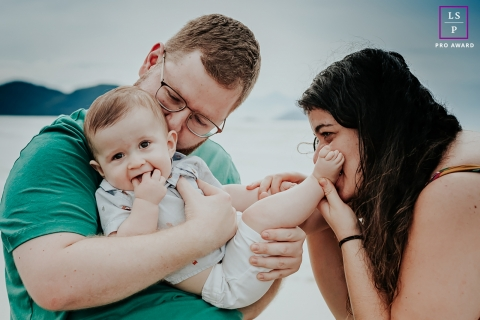Diadema Lifestyle Photographer created this artistic portrait session when It was supposed to be a walk on the beach, but they don't stop kissing the baby