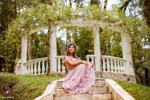 Parana young woman poses for a Lifestyle Portrait Session with bandstand flowers at her 15