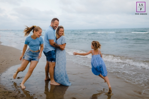 This is a lifestyle image for a happy and dynamic family portrait on the beach in Occitanie, France