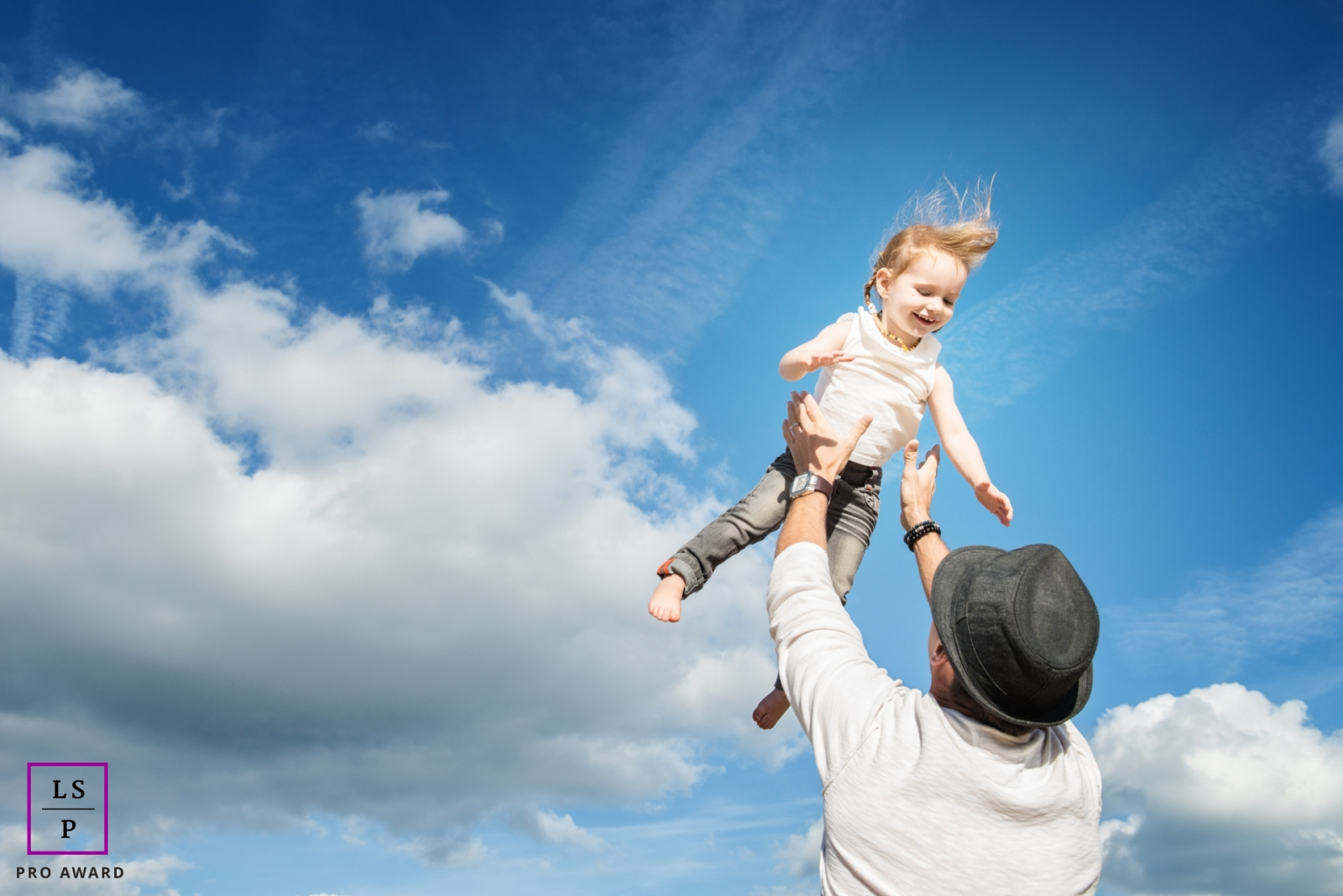 Father and Daughter Photographer in Landes | Lifestyle Image: dad playing with his daughter