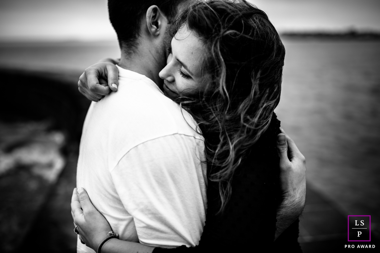 Paris Ile-de-France couple portrait photography. The perfect hug. Lifestyle Pictures at the water.