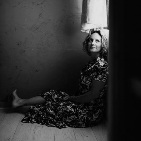 Retrato da fotógrafa de estilo de vida da Alta Saboia Vanessa Amiot Coutouly de Auvergne-Rhône-Alpes França